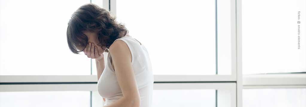 Emetophobie – Frau, sich den Mund zu haltend